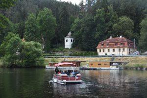 Plavba lodí ke klášteru